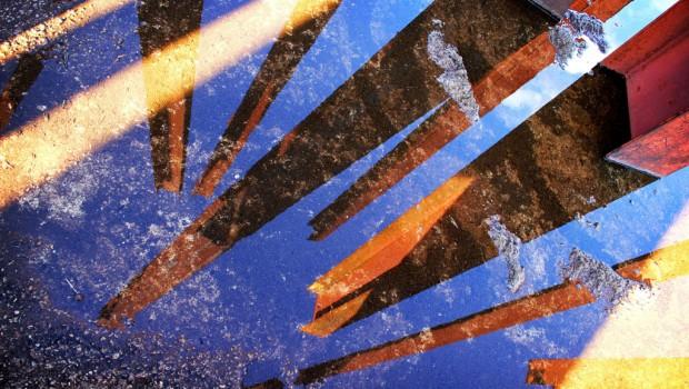 """Escultura de Chris Burden en Minas Gerais, Brasil, por Remi Bouquet.  Escultura de Chris Burden, """"Beam Drop"""", en el Instituto de Arte Contemporânea e Jardim Botânico en Belo Horizonte, Minas Gerais, Brasil."""