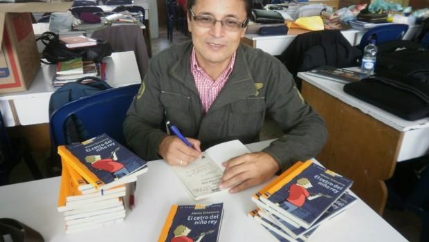 Albeiro Echavarría firma autógrafos  durante la FLB 2013.