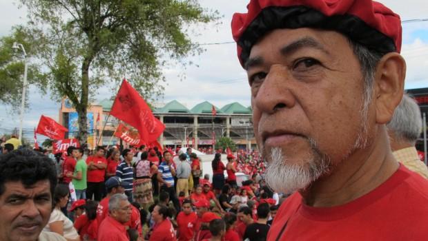 Fidel Rauda se alista para votar en San Salvador, capital de El Salvador, durante la primera vuelta de las elecciones presidenciales el pasado 2 de febrero. El izquierdista Frente Faraundo Martí para la Liberación Nacional (FMLN) es el más opcionado para ganar durante la segunda vuelta electoral el 9 de marzo de 2014.  / Róger Lindo