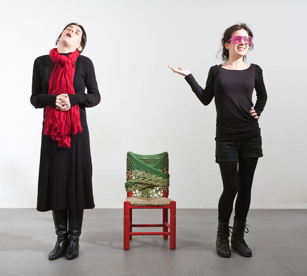 """Escena de la obra de teatro foro """"¿Qué hacemos con la abuela?"""" de la compañía teatral The Cross Border Project."""